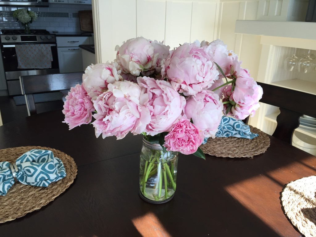 {I kicked off the weekend on Friday afternoon with a run around Green Lake with my friend Ali, followed by a pit stop at Mary's house to pick up this gorgeous bouquet of the last of her peonies}